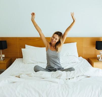 chica rubia feliz en la cama