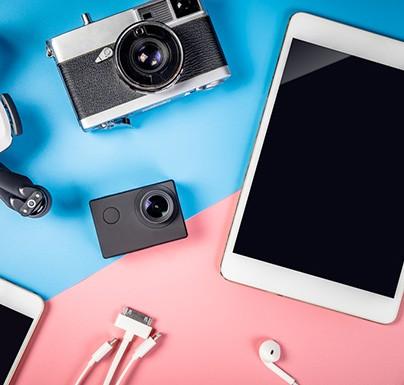 tecnología con fondo azul y rosa