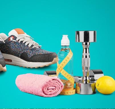 productos variados, zapatillas, botellas de agua, mancuernas, toalla rosa, limon