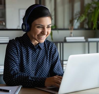 mujer usando ordenador