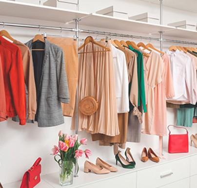 armario con ropa de mujer colgada