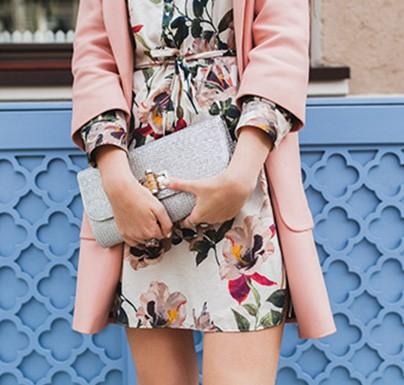 bolso de mano agarrado por mujer con vestido