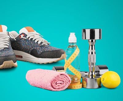 zapatillas, toalla, mancuerna, botella de agua y limón