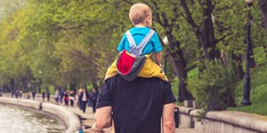 padre de esaldas con hijo en los hombros