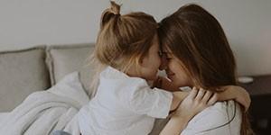 madre jugando con hija