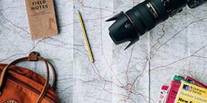 mapa, cámara, pasaporte y lápiz